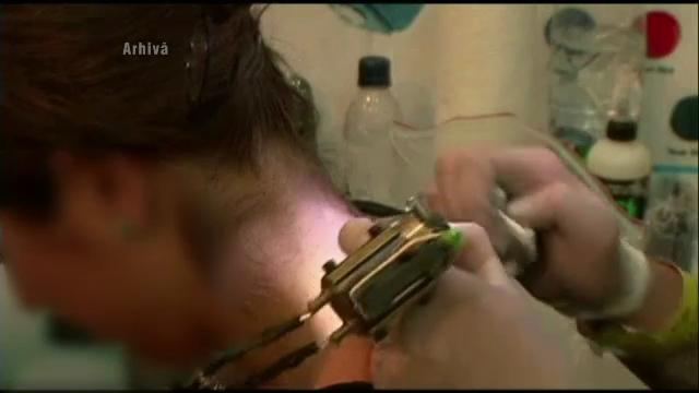O adolescenta din Ramnicu Valcea a intrat pe usa pentru a-si face un tatuaj si a iesit pe geam