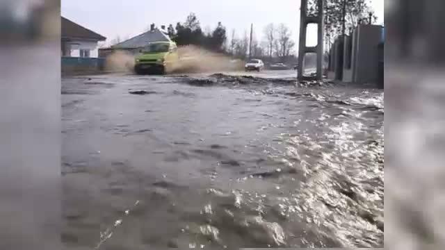 Bilantul ploilor din aceste zile: un copil mort, zeci de case inundate si drumuri distruse