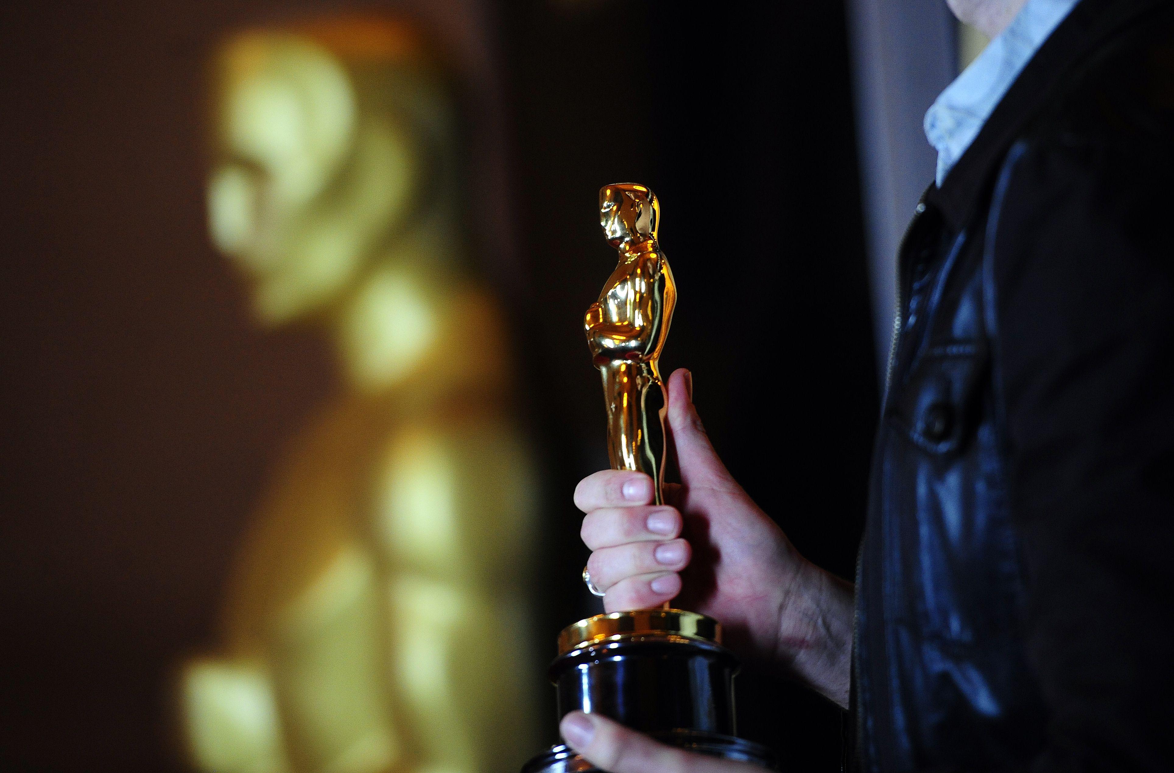 Noaptea Premiilor Oscar. Cine sunt marii favoriti si povestea din spatele celebrei statuete