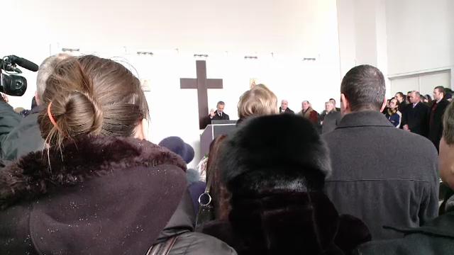 Bebelusul din Brasov ucis de mama, condus pe ultimul drum. Pastorul penticostal da vina pe Diavol
