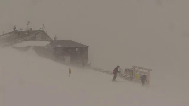 Vant de 80 km pe ora, ninsoare puternica, ger si ceata. Ce i-a asteptat pe turisti in muntii Bucegi