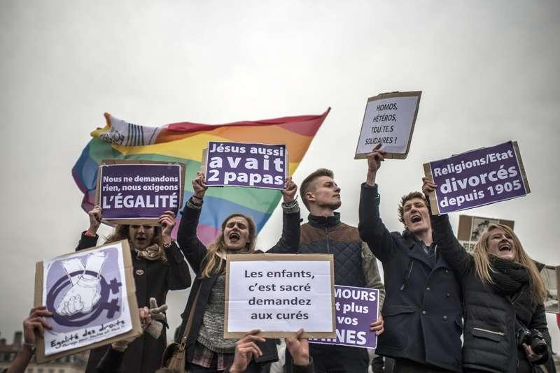 Adunarea Nationala franceza legalizeaza casatoria intre persoane de acelasi sex