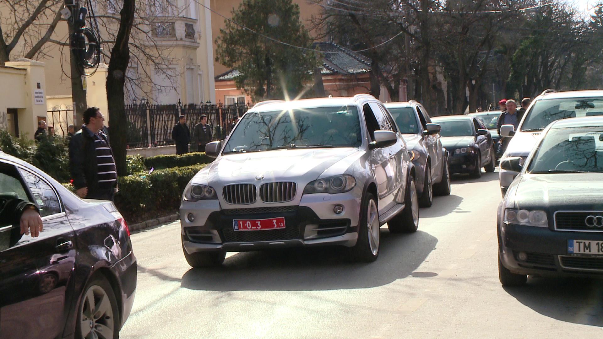 Inmormantare cu fast pentru unul dintre cei mai bogati rromi din Timisoara. Strazile au fost blocate