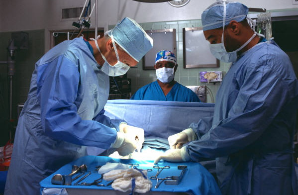Clipe de cosmar pe o femeie din China care si-a facut implanturi cu silicon