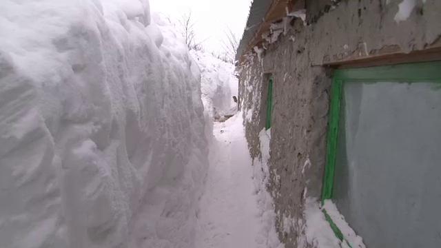 Drama romanilor din satele complet izolate din cauza ninsorilor. Stau ingropati in zapezi de 4 metri de o saptamana