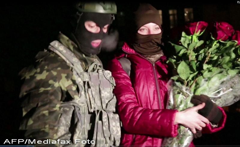 Dragoste pe baricade in Ucraina. Un protestatar si-a cerut iubita de sotie in mijlocul manifestatiilor. FOTO