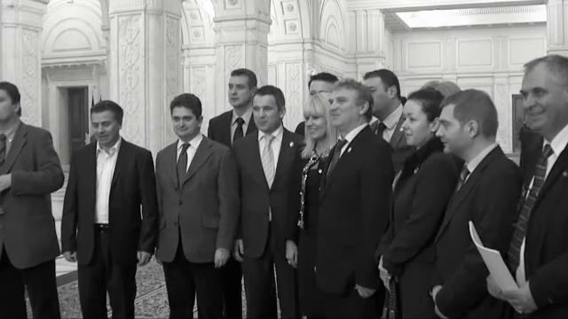 Elena Udrea si cei 15 deputati PDL s-au pozat pe hol, in Parlament dupa demisii. Paleologu: