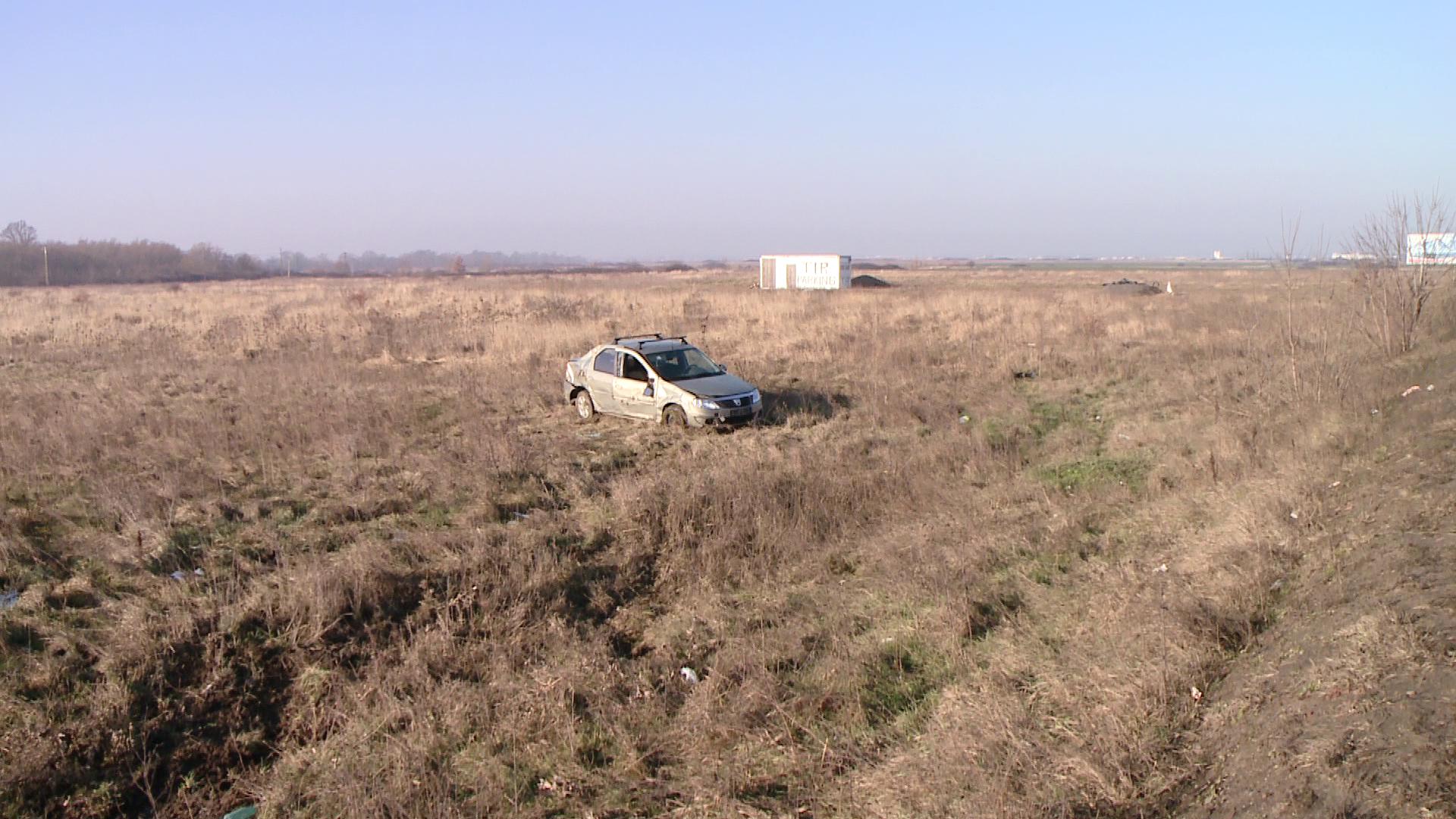 Accident langa Remetea Mare. O masina a derapat intr-o curba si s-a rostogolit pe camp. FOTO