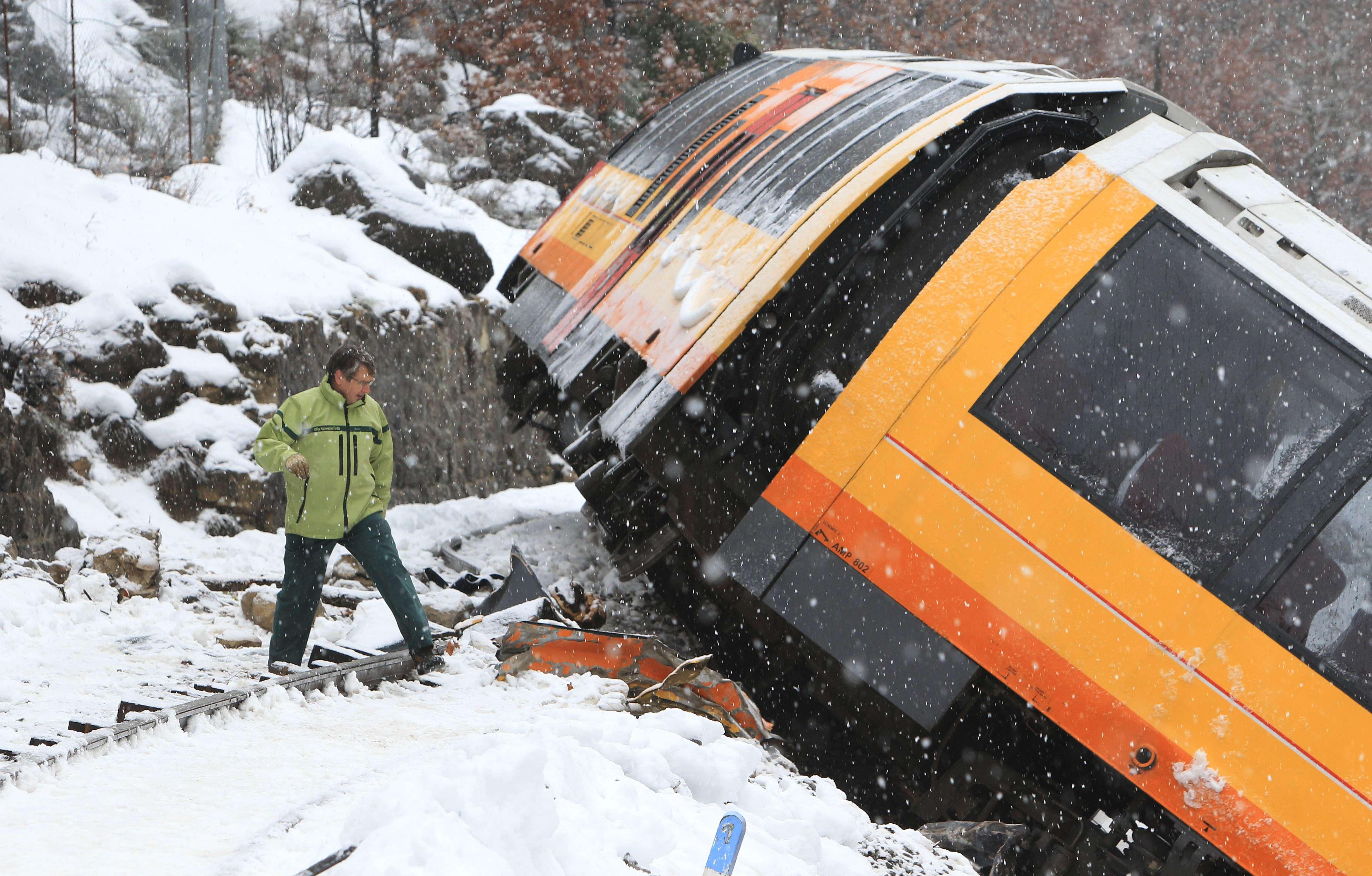 Imagini impresionante din Alpii Francezi. Doua persoane au murit si noua au fost ranite dupa ce un tren turistic a deraiat