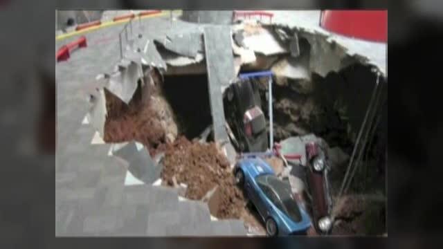 Opt masini Corvette au fost inghite de o gaura uriasa aparuta in pardoseala unui muzeu din Kentucky, SUA