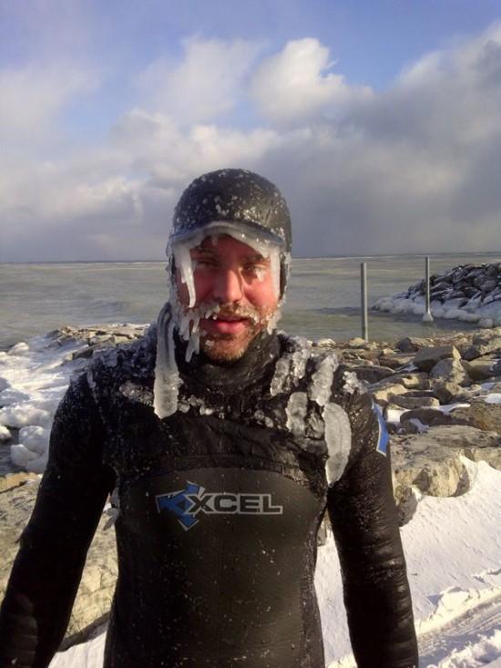 Sport extrem in SUA. Un grup de surferi s-a aventurat pe valurile Lacului Superior la -45 de grade Celsius