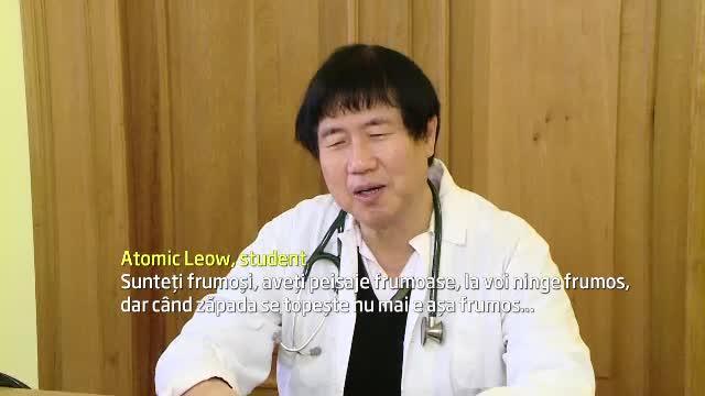 Povestea barbatului de 65 de ani din Singapore care studiaza medicina in Iasi.