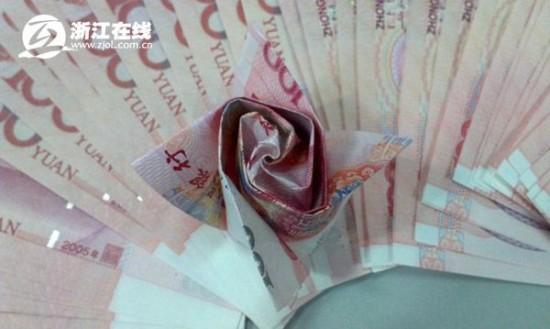 Cerere in casatorie ciudata in China. Un barbat si-a cerut iubita de nevasta daruindu-i trandafiri facuti din bani