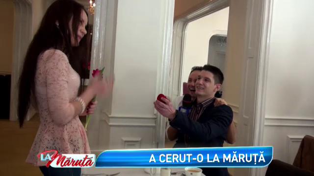 Cerere neasteptata in casatorie, La Maruta. Momentul in care tanarul s-a asezat in genunchi in fata iubitei sale