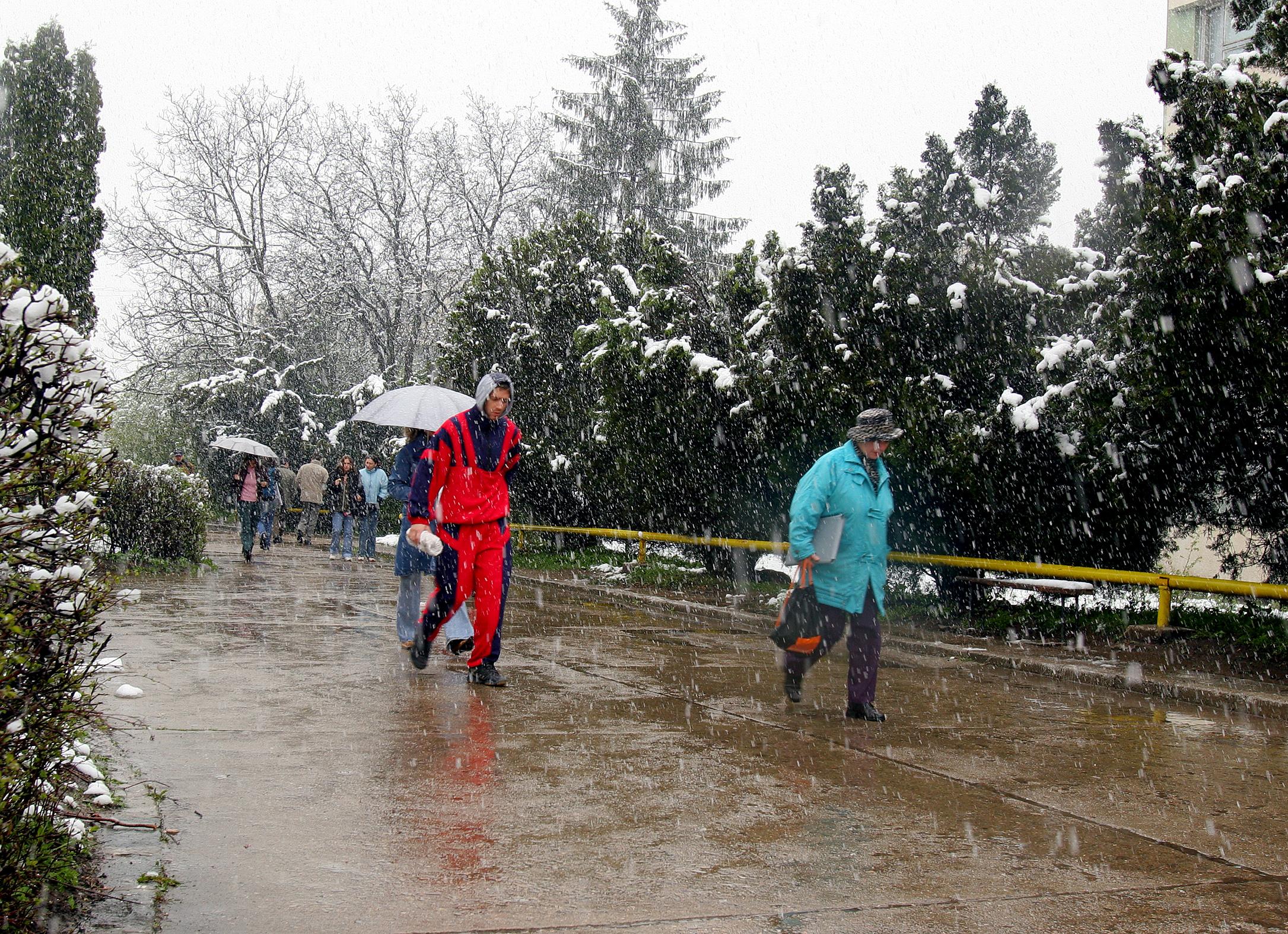 AVERTIZARE METEO de ploi, lapovita si ninsoare, pana vineri seara. Ce zone sunt afectate si cu cat scad temperaturile