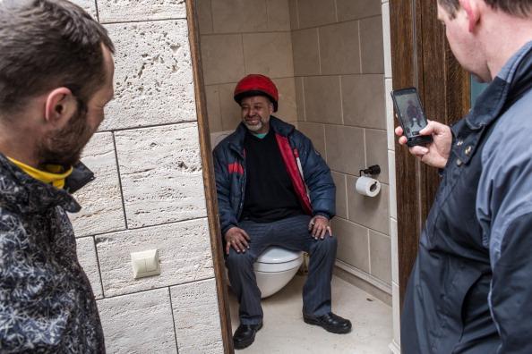 O zi petrecuta la palatul lui Viktor Ianukovici. Ucrainienii s-au pozat pe toaleta fostului sef de stat