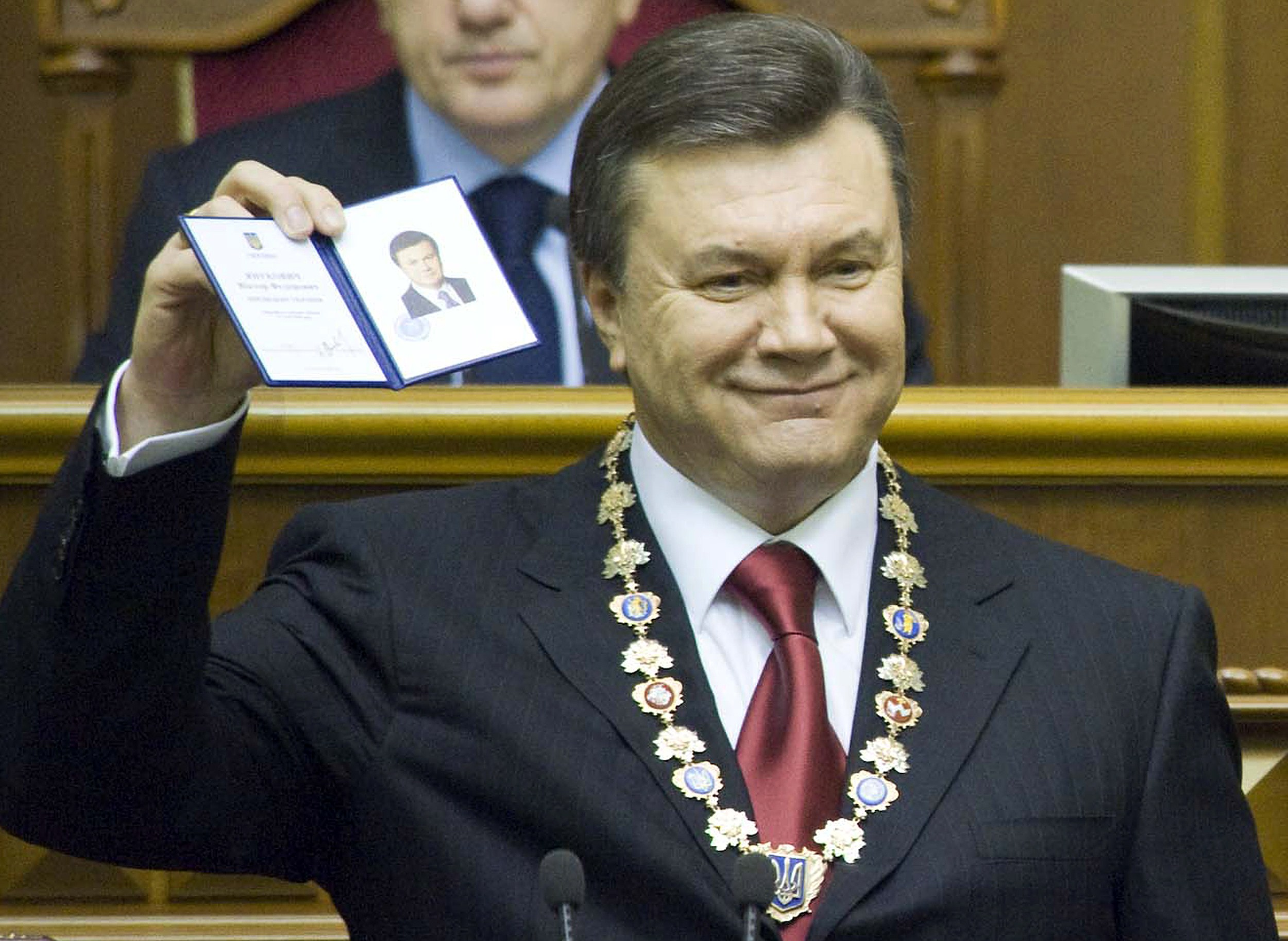 Viktor Ianukovici ar fi trait in luxoasa vila de langa Kiev cu o amanta secreta. Sotia lui sta in Donetk, izolata de presa