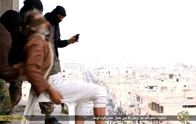 Pedeapsa aplicata de Statul Islamic unui barbat din Siria pentru ca era homosexual. Imaginile sunt extrem de violente