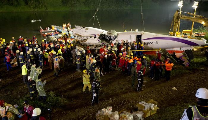 Avion prabusit in Taiwan: 31 persoane au murit, 12 sunt disparute. Cutiile negre au fost recuperate