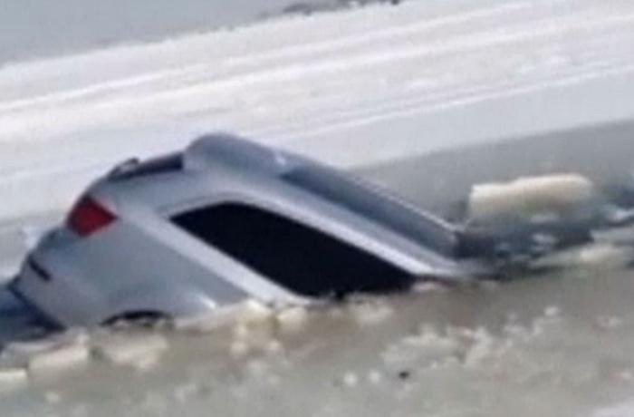 Momentul in care trei barbati scapa cu viata dintr-o masina care se scufunda intr-un lac inghetat. VIDEO