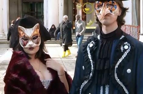 Venetia s-a umplut de turisti dornici sa isi afiseze cele mai extravagante costume la carnaval, in ciuda vremii nefavorabile