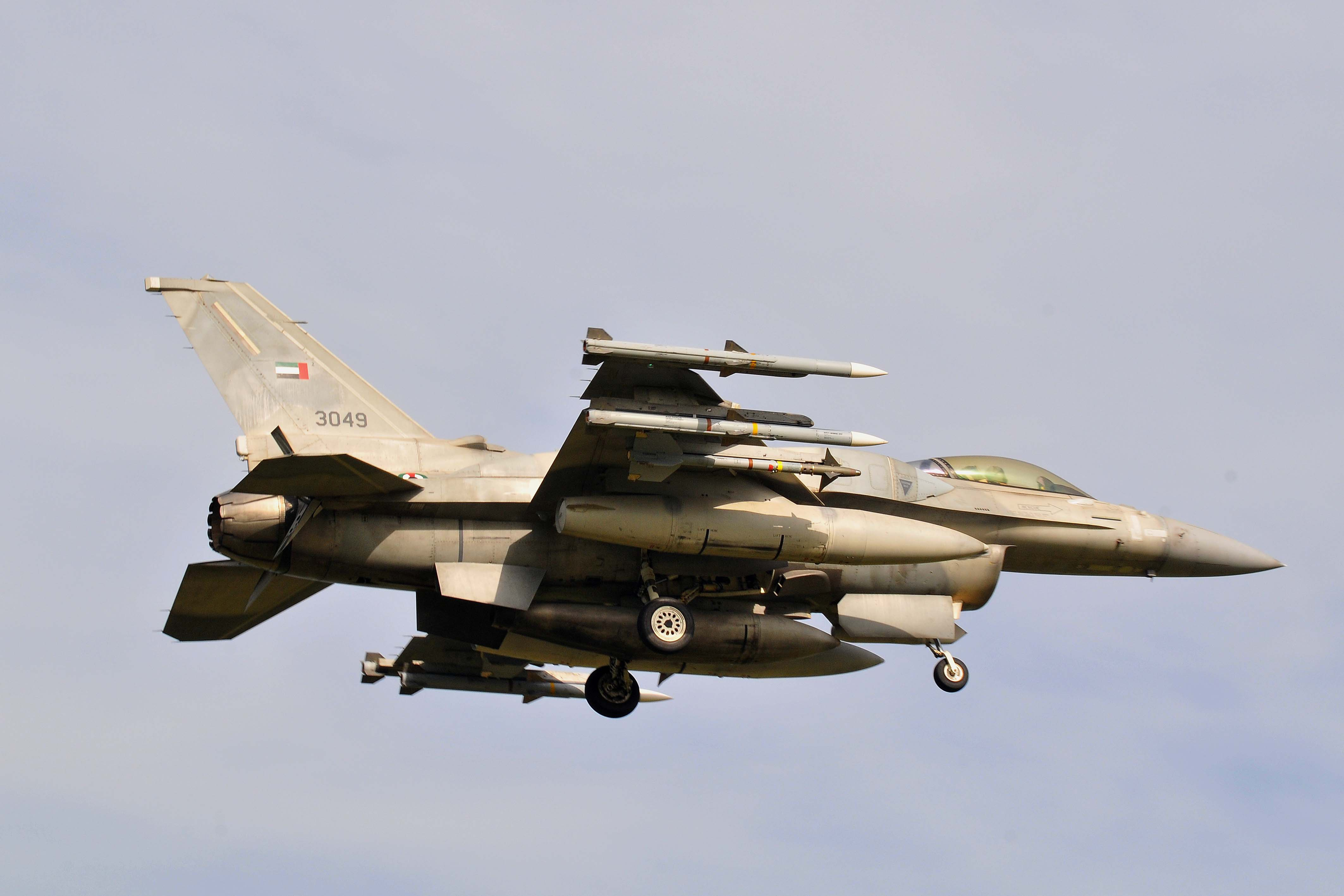 Emiratele Arabe trimit o escadrila de avioane F16 pentru a ajuta Iordanul sa bombardeze Statul Islamic