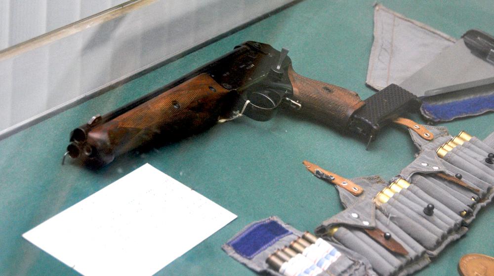 Motivul pentru care cosmonautii rusi zburau in spatiu cu o arma de mafiot la ei. Au adus un pistol si pe Statia Spatiala