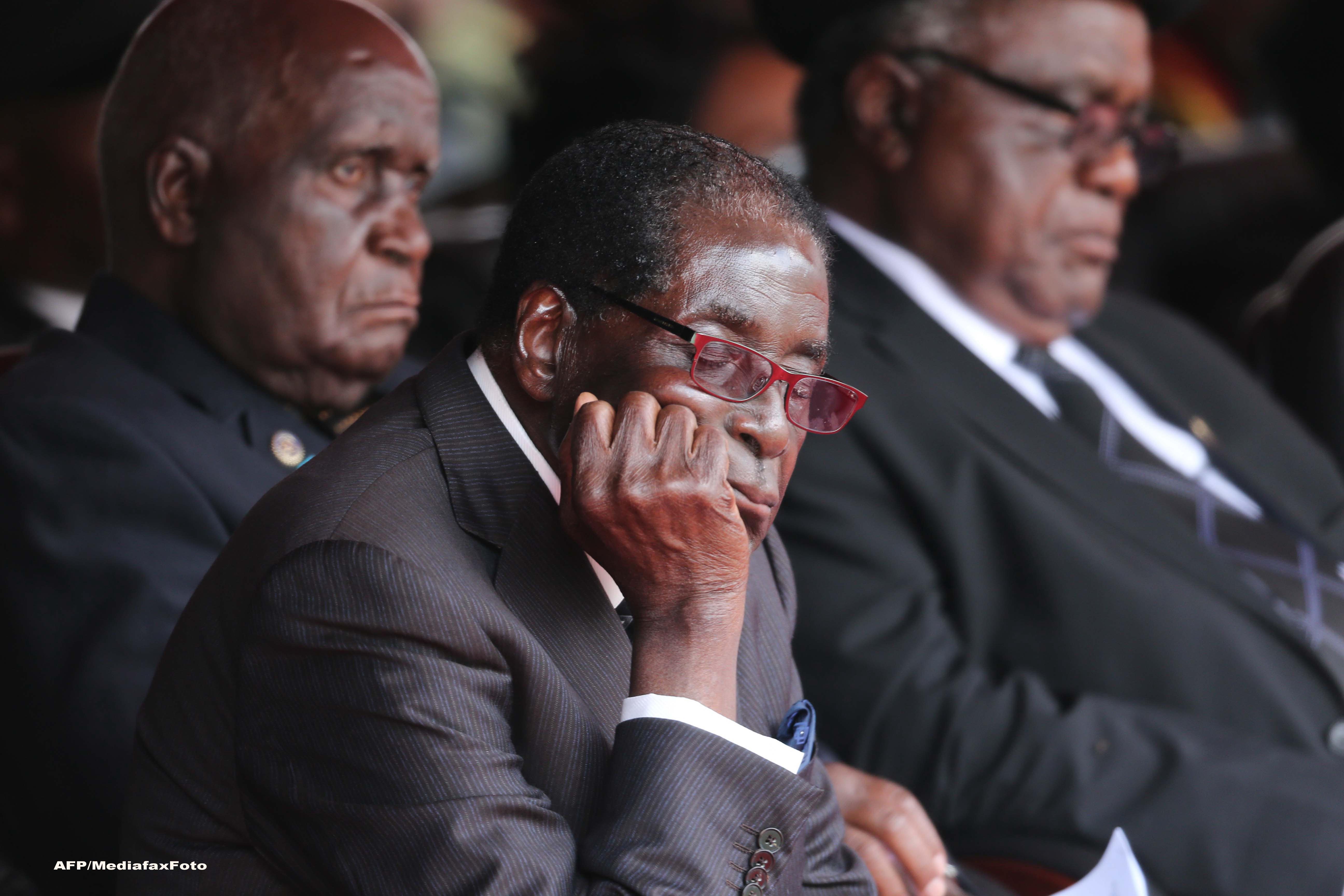 Caderea presedintelui Mugabe pe scari nu a ramas nepedepsita. Ce au patit 27 de garzi de corp ale presedintelui din Zimbabwe