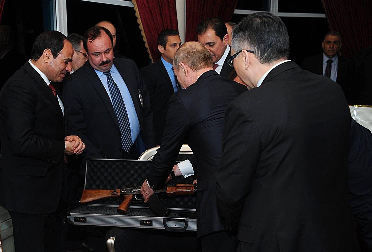 Ce cadouri primesti atunci cand esti sef de stat si te intalnesti cu Vladimir Putin. Surpriza de care a avut parte al-Sisi