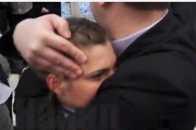 Negocierile de la Minsk: Un gardian ii pune mana la gura unei jurnaliste cand incerca sa ii puna o intrebare lui Poroshenko