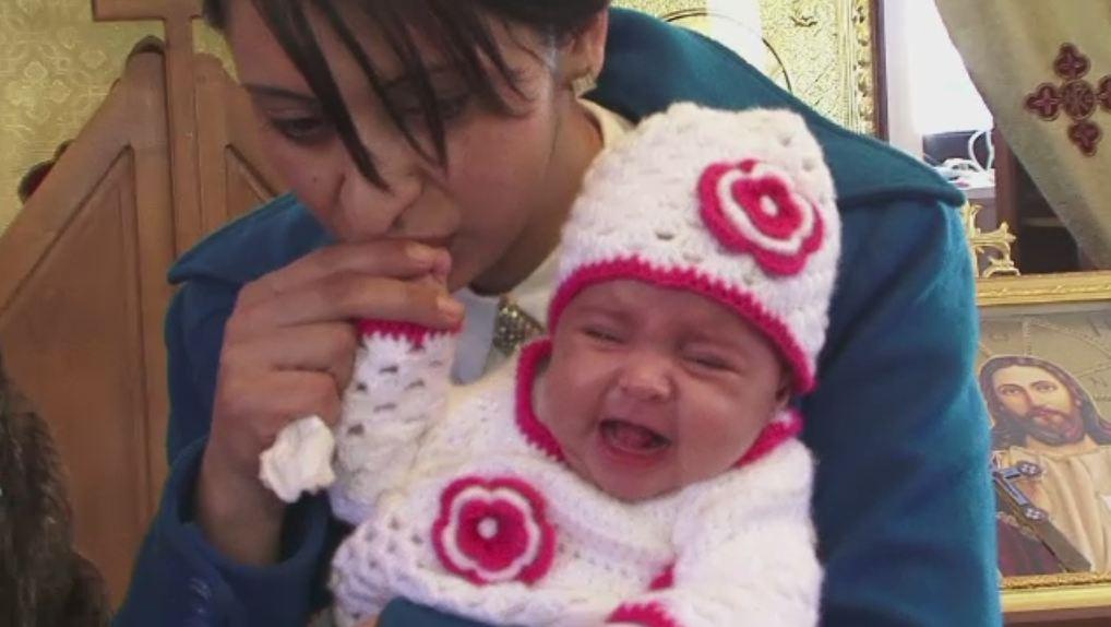 Lectie de viata. Maria, fetita din muntii Retezat pe care mama ei nu a vrut sa o paraseasca dupa nastere, a fost botezata