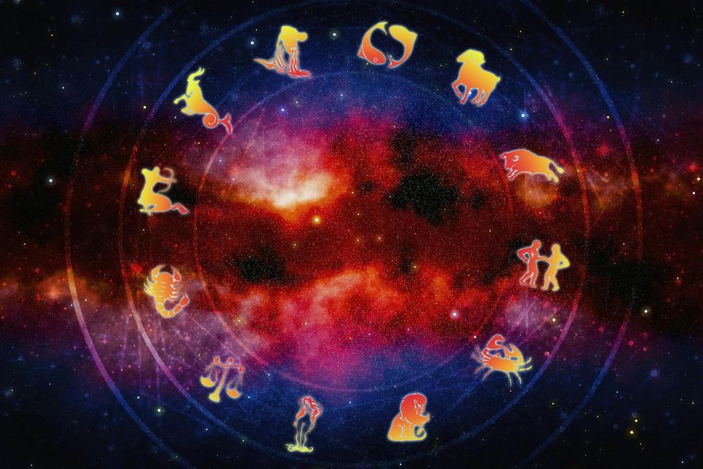Horoscop 3 august 2015. Leii vor avansa in cariera, iar Pestii isi fac planuri de casatorie