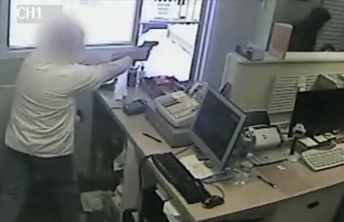 Momente de panica intr-o farmacie, dupa ce un barbat inarmat i-a amenintat pe angajati. Ce a facut unul dintre farmacisti