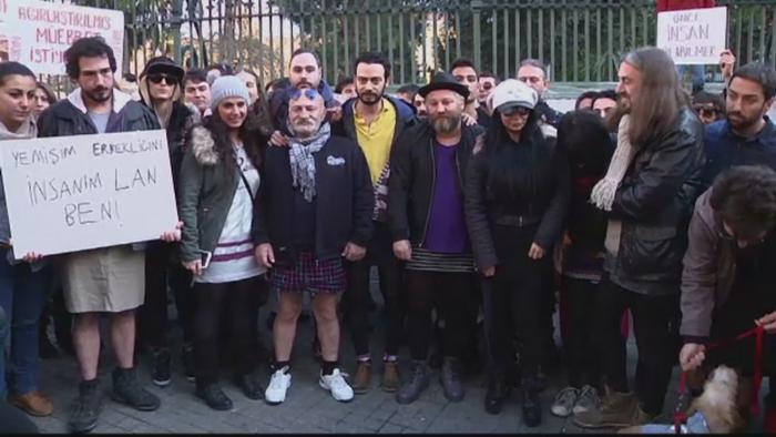 Manifestatie ciudata in Turcia. Motivul pentru care zeci de barbati s-au imbracat in fuste mini