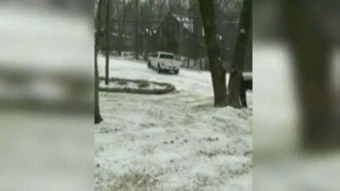 Incident comic in Statele Unite. Mai multe masini au luat-o la vale, pe un drum acoperit de gheata