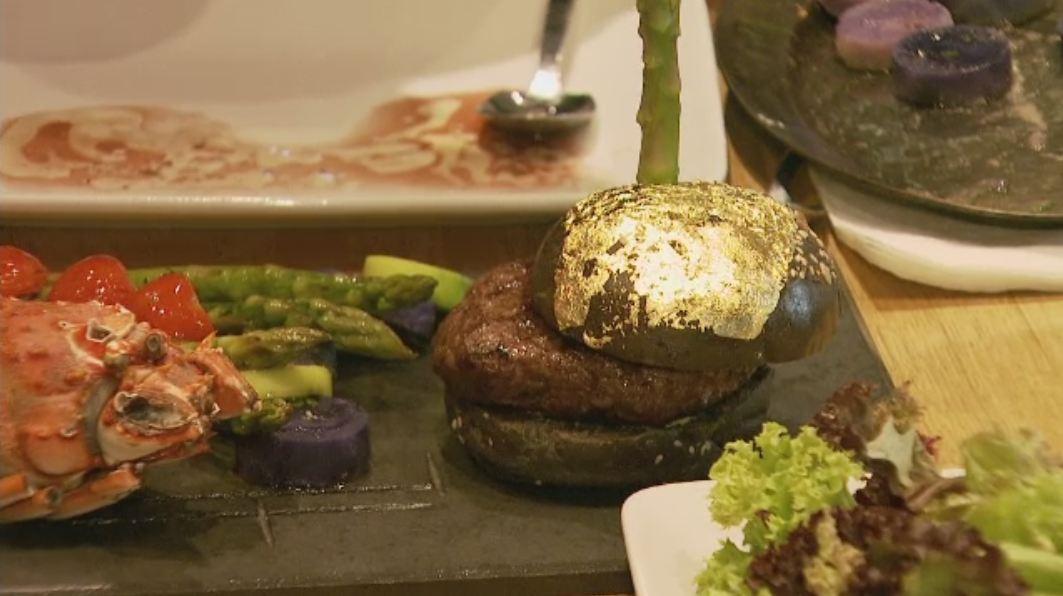 Cel mai scump hamburger din Romania costa 1.500 de lei. Chifla este colorata cu cerneala de sepie si invelita in aur de 23K