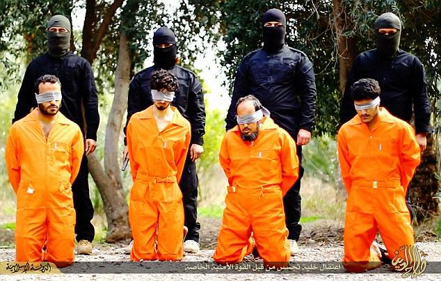 Patru barbati din Irak, executati de teroristi pe motiv ca ar fi fost spioni. Pozele publicate de Statul Islamic sunt socante
