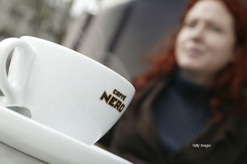 Un cersetor lua pranzul la o cafenea, cand a fost dat afara in frig. Gestul superb facut de o femeie care a vazut totul