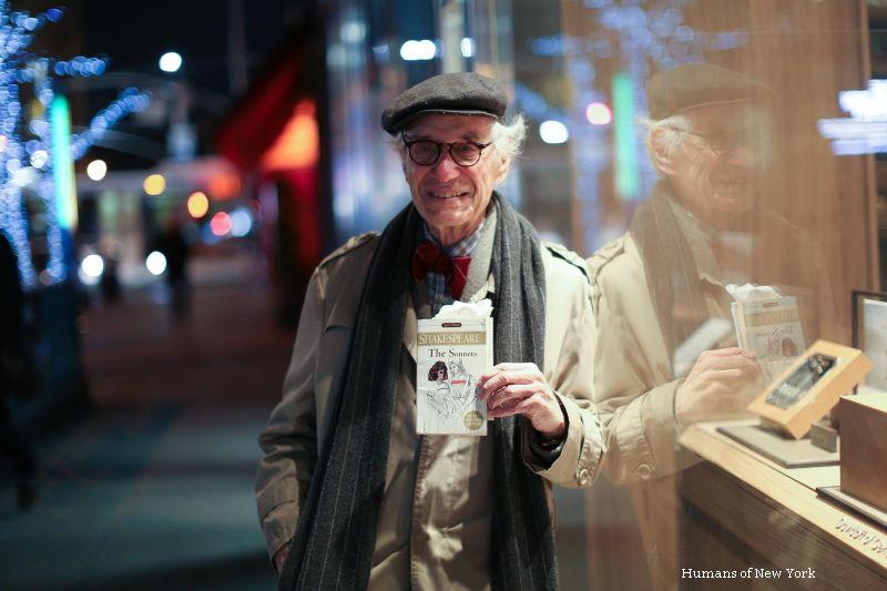 A ramas singur dupa 62 de ani de casnicie si ascunde o poveste de viata emotionanta. Cine este barbatul din imagine