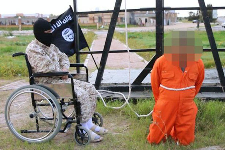 Luptator ISIS ramas infirm folosit acum pe post de calau. Metoda infricosatoare prin care isi executa victimele