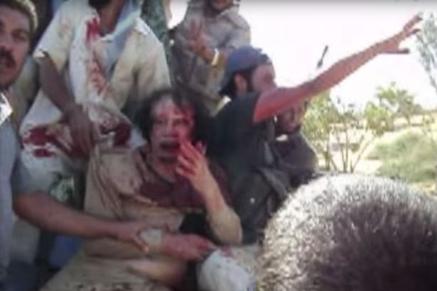 Imagini nemaivazute de la capturarea lui Gaddafi. Dictatorul libian implora pentru viata lui, in timp ce rebelii sarbatoreau