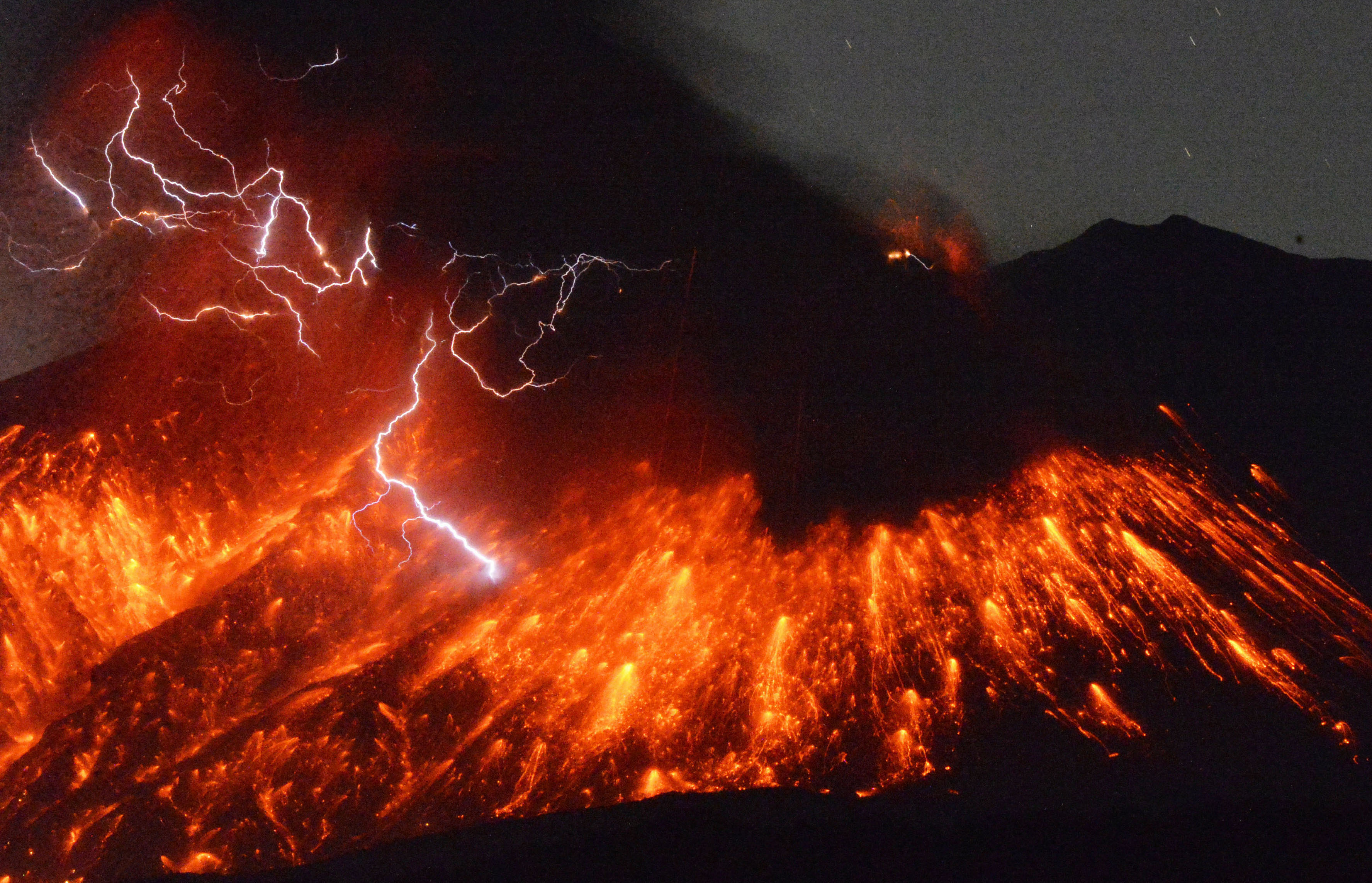 Momentul spectaculos in care vulcanul Sakurajima a erupt, in apropiere de o centrala nucleara, in Japonia. VIDEO