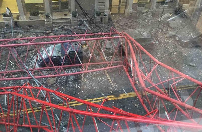 Tragedie in Manhattan. O macara de mari dimensiuni s-a prabusit: o persoana a murit, doua sunt grav ranite. FOTO si VIDEO