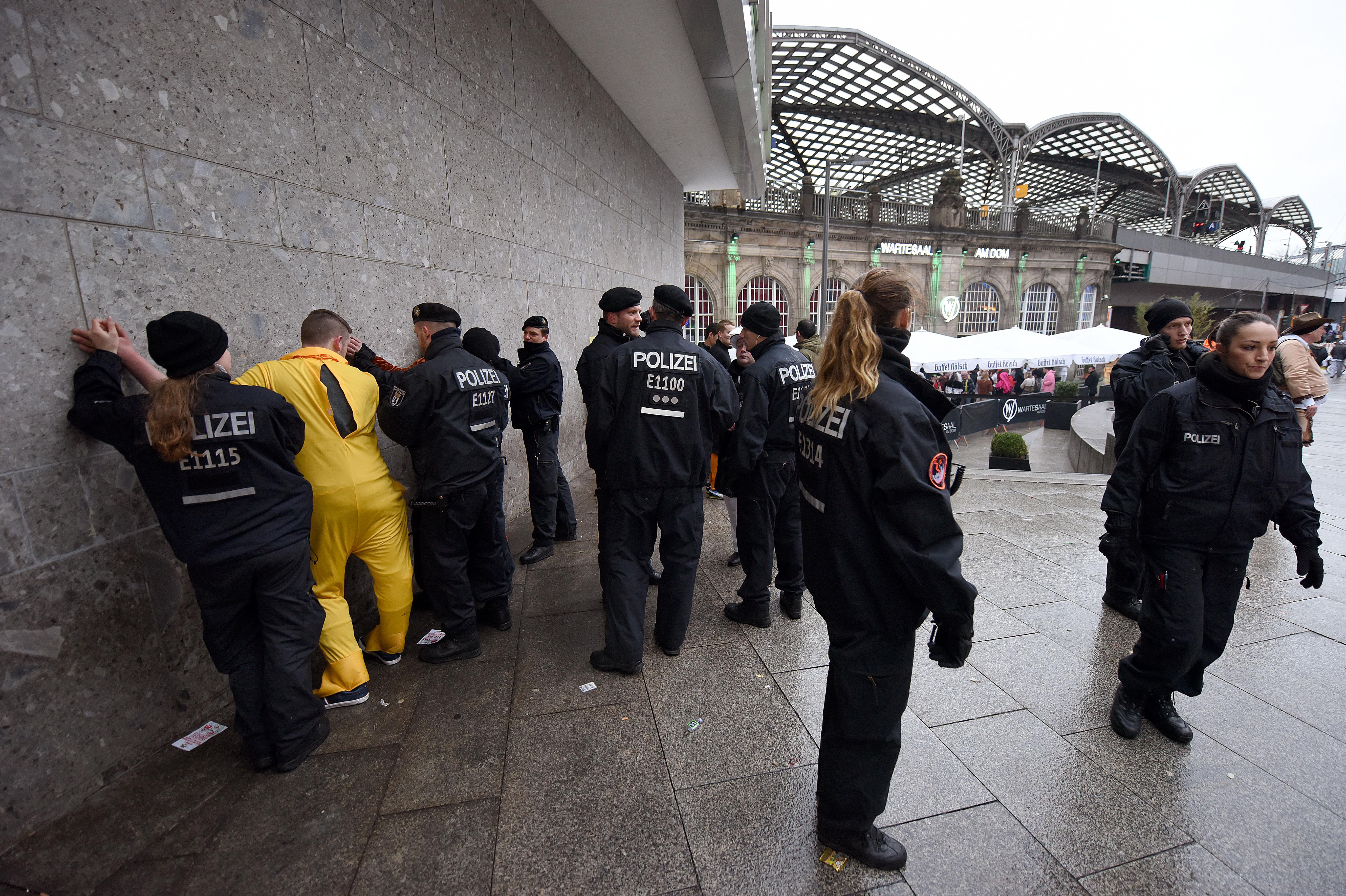 Zeci de reclamatii la politie, in prima zi a carnavalului de la Koln. Femeile au acuzat agresiuni cu caracter sexual