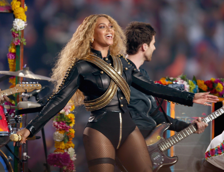 Beyonce, tribut lui Michael Jackson in show-ul de la Super Bowl. Artista a fost pe punctul de a cadea pe scena