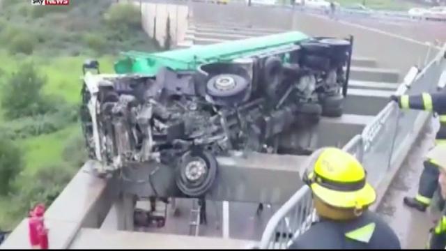 Operatiune de salvare filmata in Israel. Pompierii au coborat la sol un copil ramas suspendat pe un pod, dupa un accident