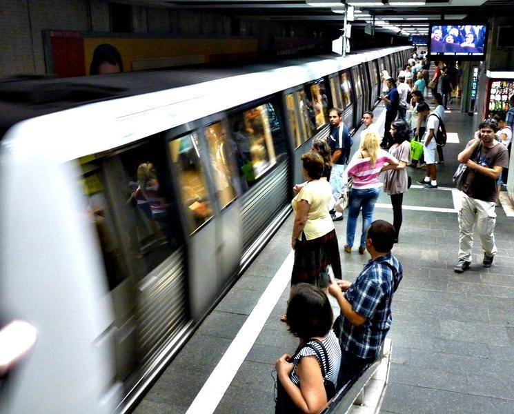 Barbatul caruia i s-a facut rau in tren, la statia de metrou Timpuri Noi, a murit. Circulatia a fost reluata pe ambele fire
