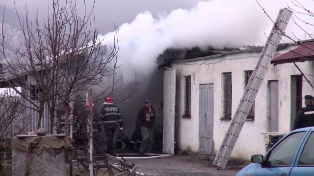 Un service auto din Baia Mare a fost distrus de un incendiu puternic. Proprietarul nu avea asigurare
