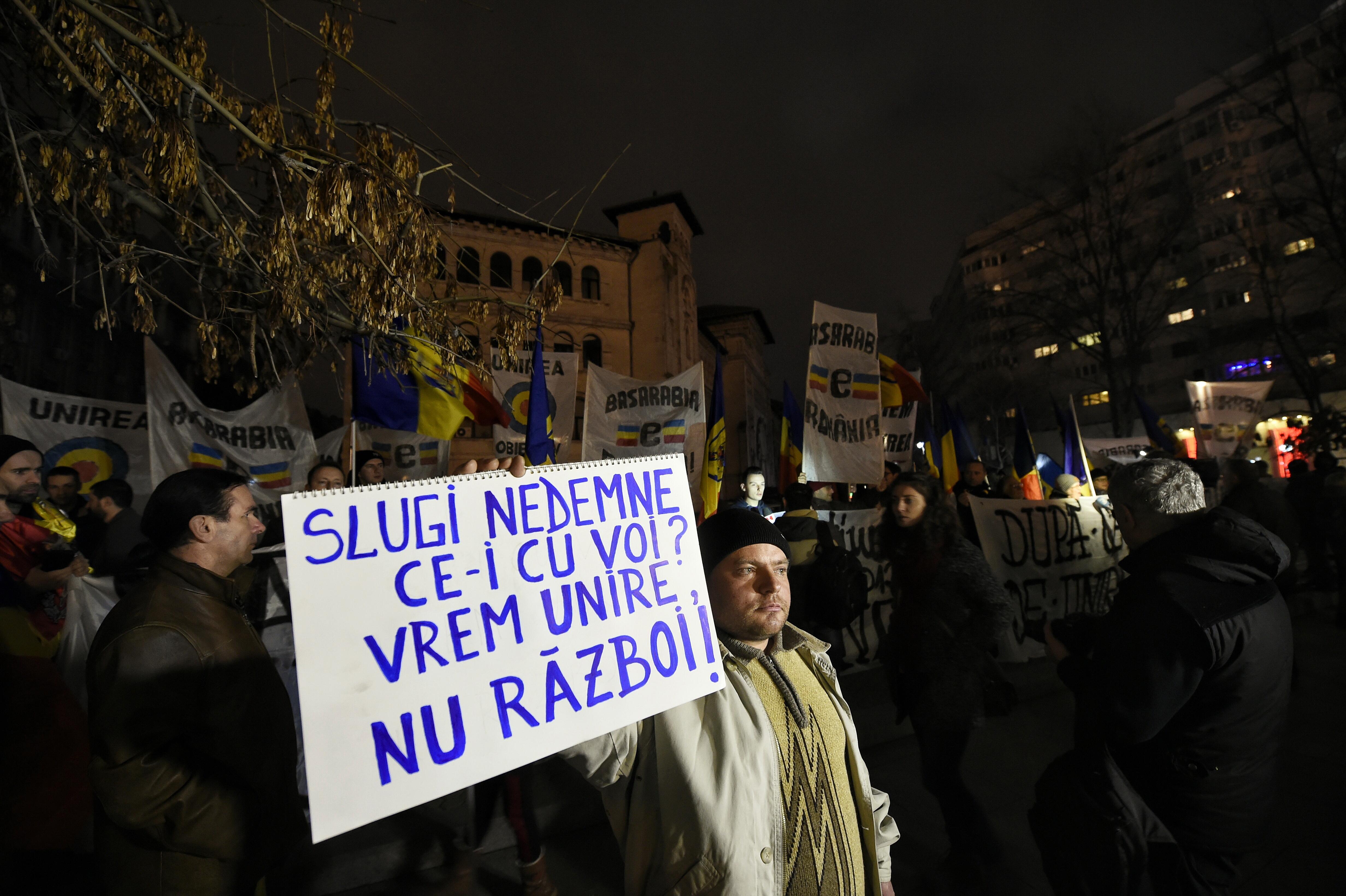 Protest in Piata Universitatii, dupa declaratiile lui Iohannis despre unirea cu R. Moldova.