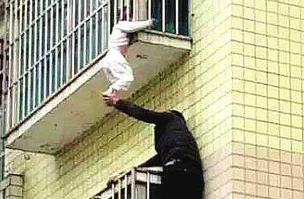 A fost la un pas de moarte, dupa ce a atarnat de la balcon, cu gatul prins intre balustrade. Cum a fost salvat baietelul